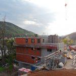 Hinterbrühl - Wohnhaus und davor der Aufzugsschacht mit Stiegenhaus