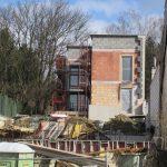 Gablitz - Bewehrung der Kellerwände unteres Haus und fertiger Rohbau des oberen Hauses